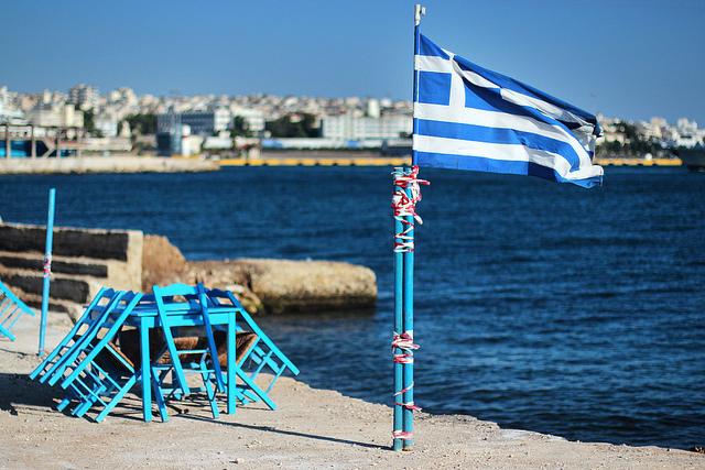 Nationalflagge Griechenlands am Drapetsona-Strand 2013.
