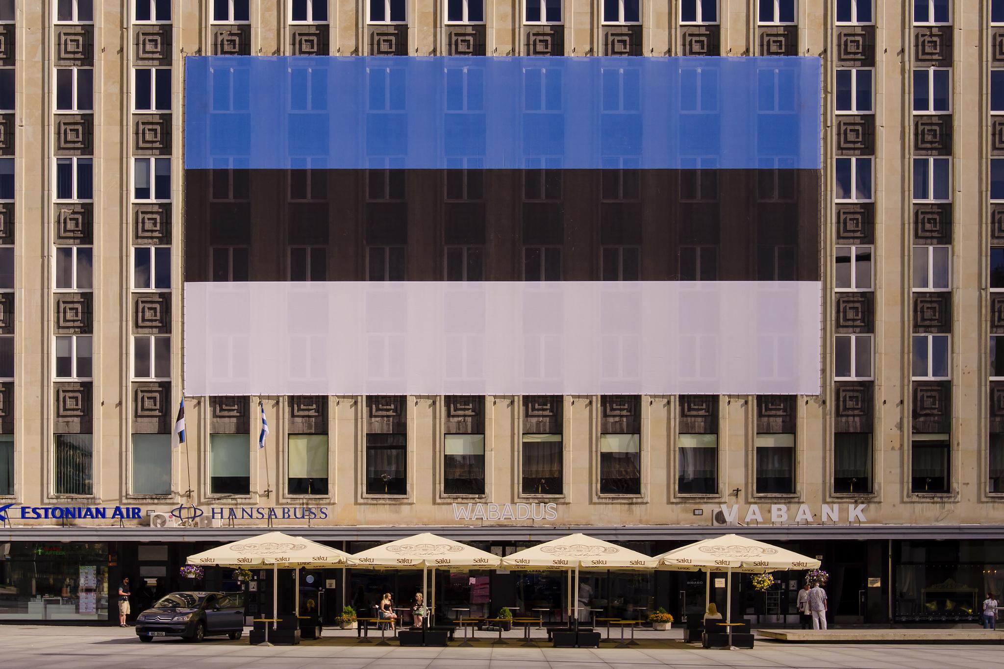 Nationalflagge Estlands an einem Gebäude in der Hauptstadt Tallinn.