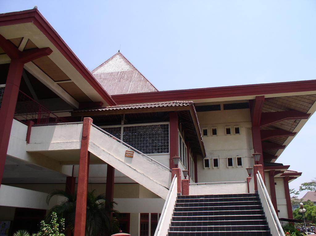 Gebäude der Gadjah-Mada-Universität in Yogyakarta (2006).
