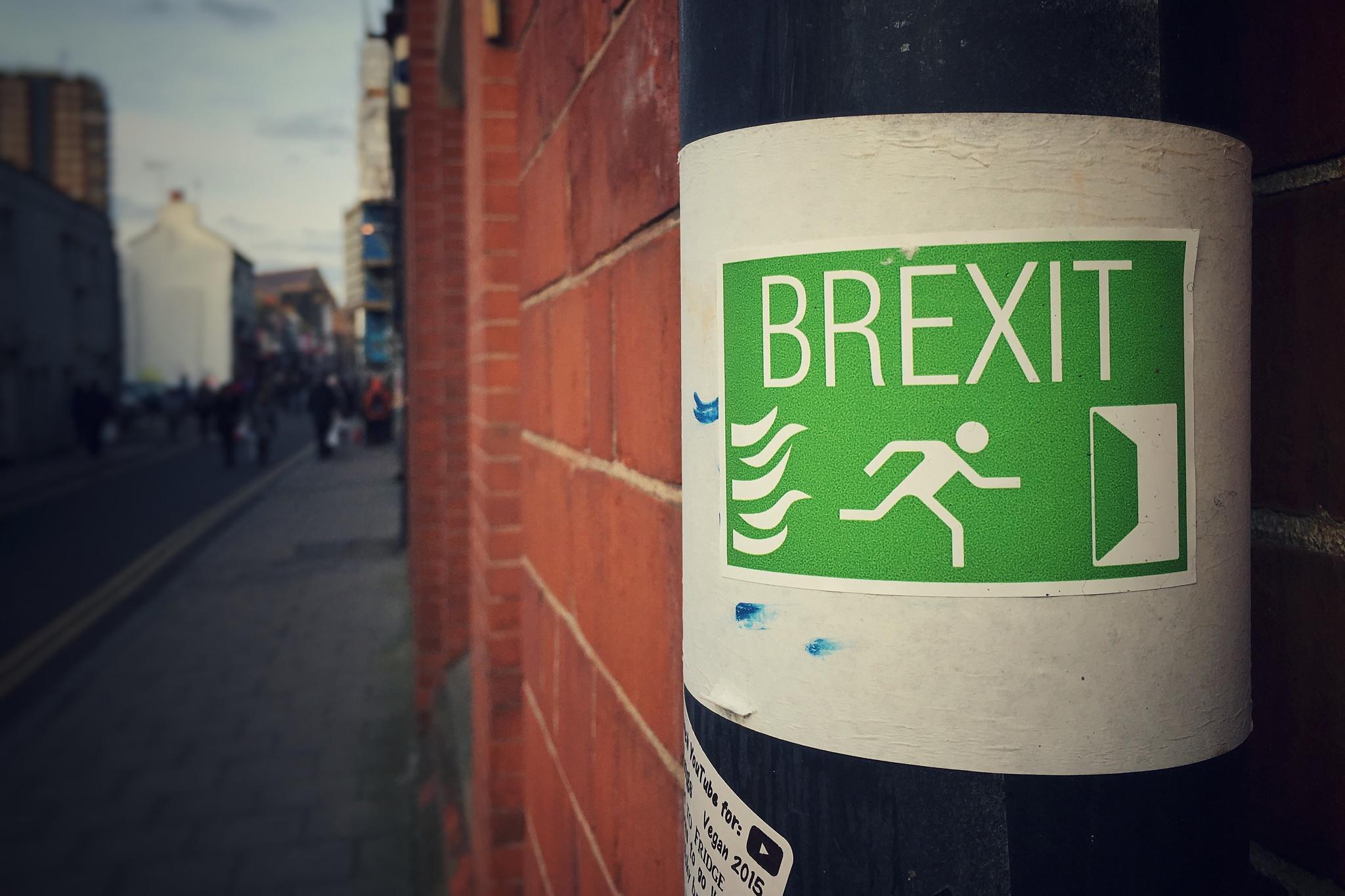 Umgestaltetes Feuer-Notausgangs-Schild wird zu Brexit-Schild.
