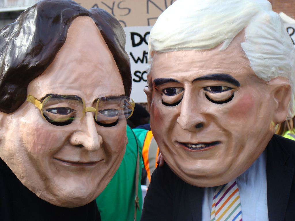 Als irischer Bildungsminister (2008 – 2010) Batt O'Keeffe (rechts) verkleideter Student bei Protesten gegen Studiengebühren am 22.10.2008 in Dublin.
