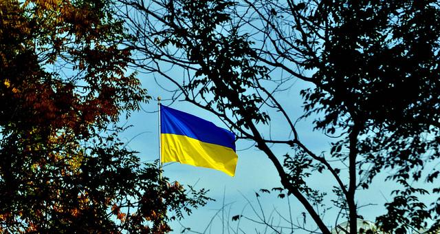 Ukrainische Flagge vor der Botschaft der Ukraine in Washington, DC, USA.