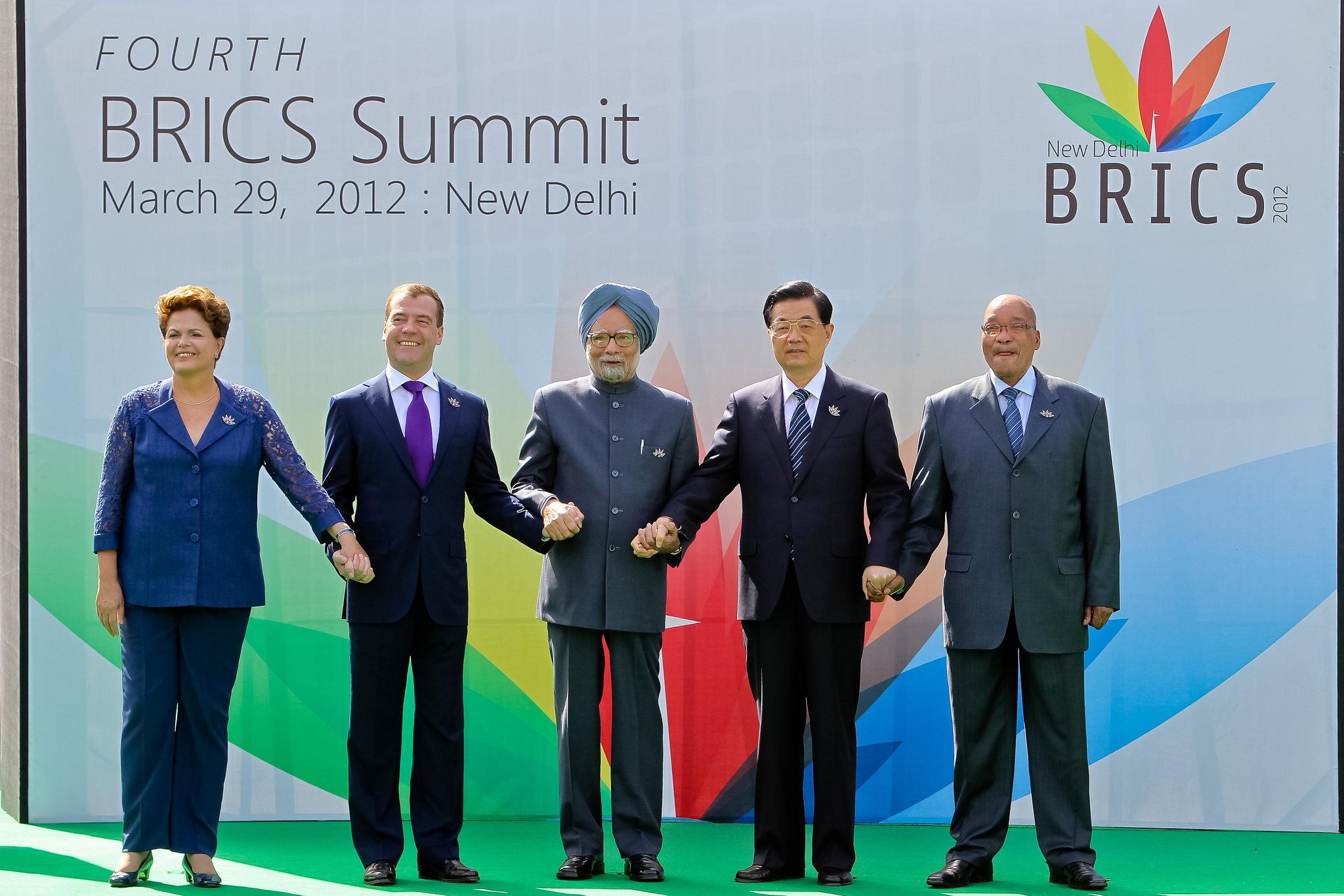 Foto der Regierungschefs der 5 BRICS-Staaten Hand in Hand beim 4. Gipfeltreffen in Neu Delhi, Indien, 29.03.2012