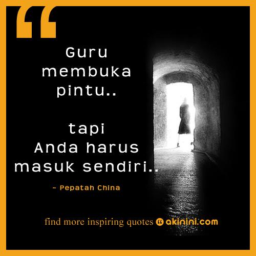 Schwarz-Weiß Bild einer Person, die am Ende eines dunklen Tunnels durch einen hellen Türbogen tritt. Auf dem Bild steht ein chinesischer Spruch auf Indonesisch.