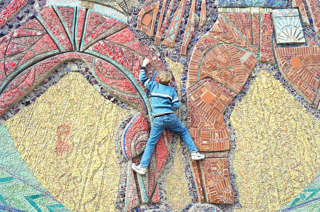 Ein Kind kletterte die Mosaik-Fassade der Schule #5 in der Stadt Donezk hinauf.