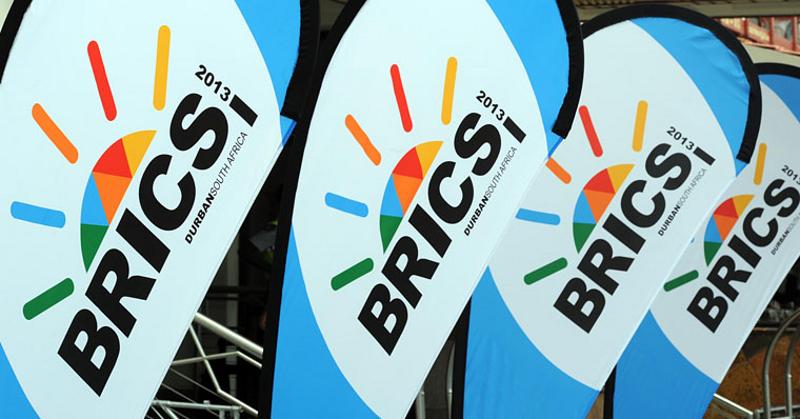 BRICS-Flaggen auf dem 5. BRICS-Gipfeltreffen am Albert Luthuli International Convention Centre in Durban, Südafrika (2013)