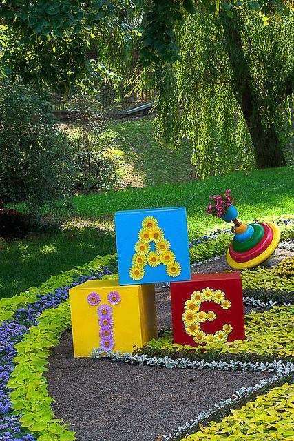 Ein Buchstaben-Arrangement aus großen Würfeln und einem Kreisel auf der Kiev Flower Show 2013.