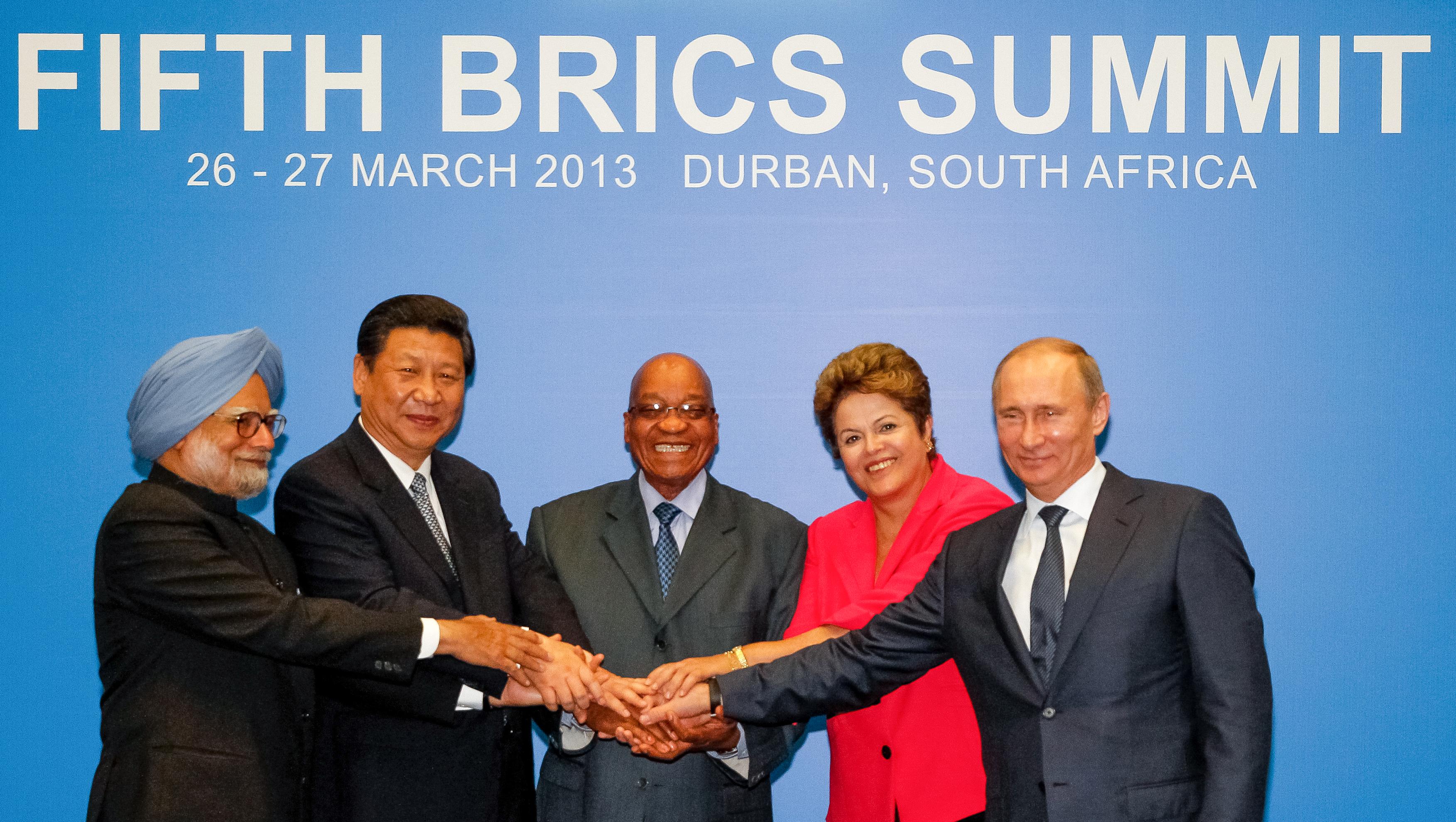 Foto der Regierungschefs der 5 BRICS-Staaten beim Händeschütteln.