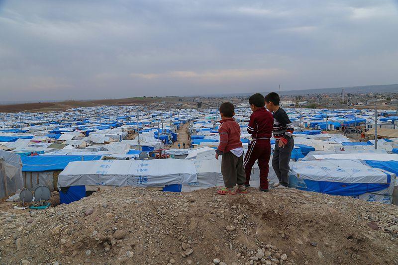 Syrische Kinder schauen auf das Flüchtlingslager Kawar Gosk im irakischen Erbil.