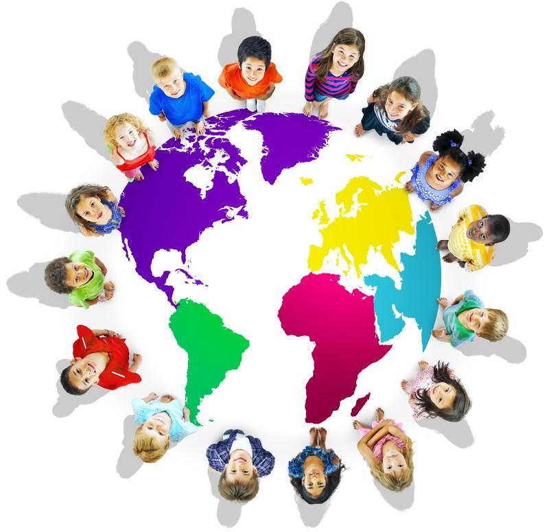 im Kreis um eine Weltkarte stehende Kinder verschiedener Herkunft