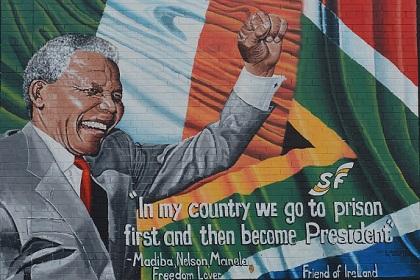 Eine bemalte Mauer mit einem Portrait von Nelson Mandela