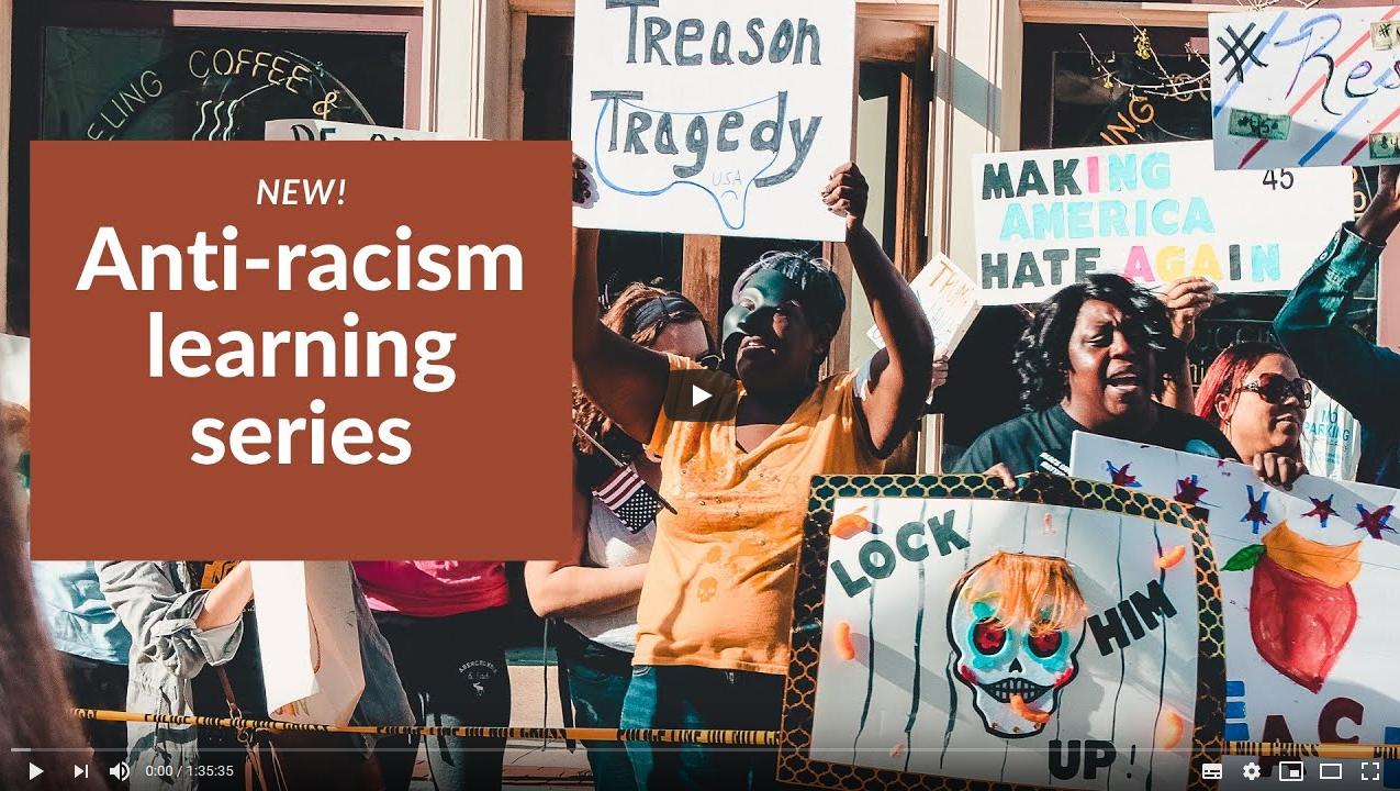 Videostill, das Menschen zeigt, die gegen Rassismus protestieren.