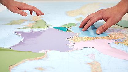 Ausschnitt der europäischen Landkarte mit Händen