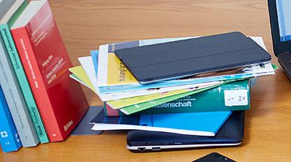 Bücher, Tabletcomputer und Smartphone