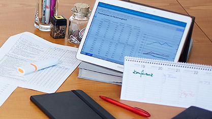 Tabletcomputer mit Stiften und Tischkalender