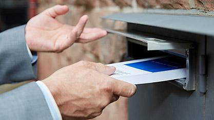 Buch wird in Briefkasten geworfen